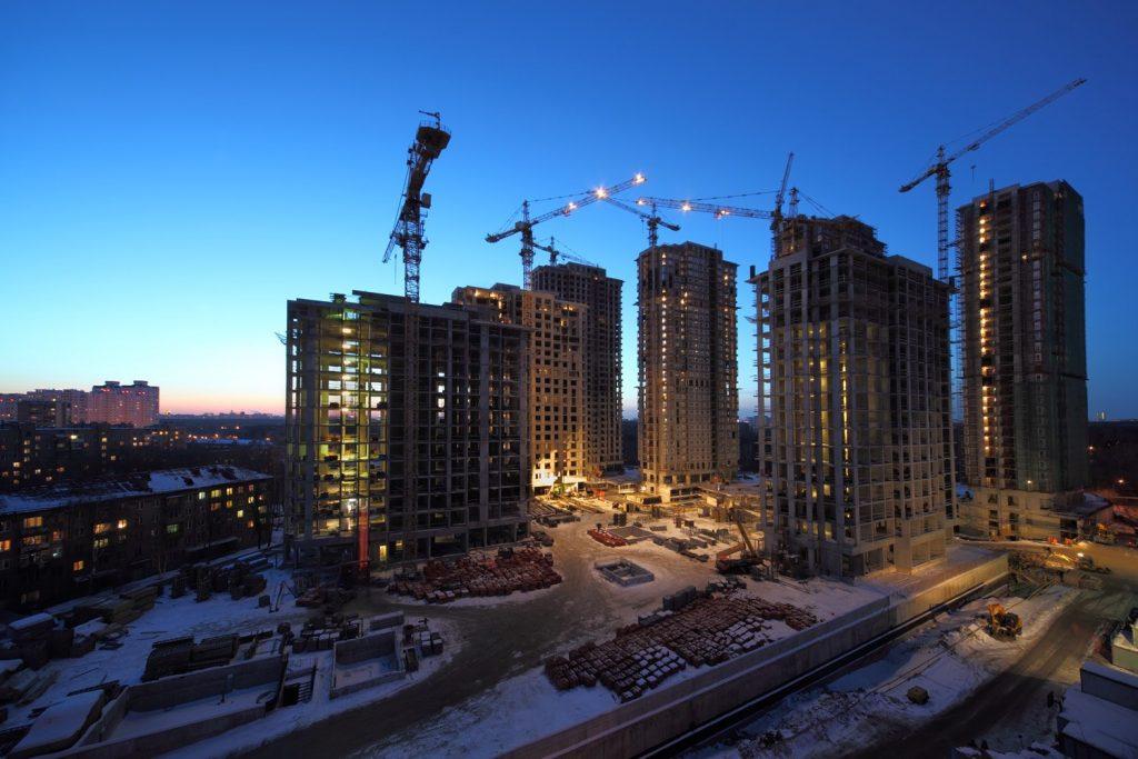 grattacieli in costruzione tramonto
